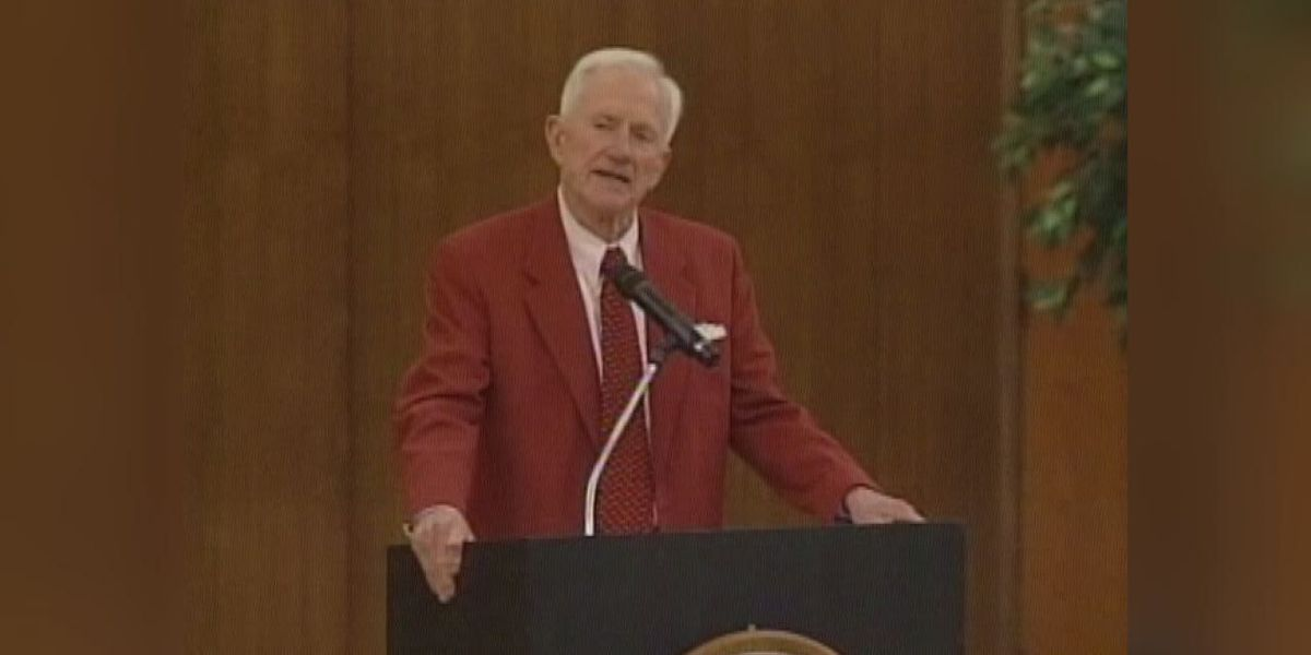 Former Arkansas coach, AD Broyles dies at 92