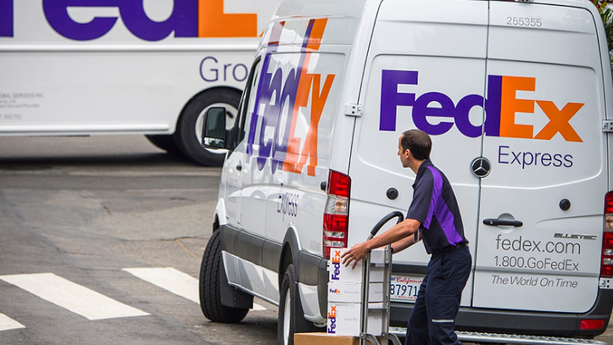 FedEx works to pump out packages during online holiday shopping influx