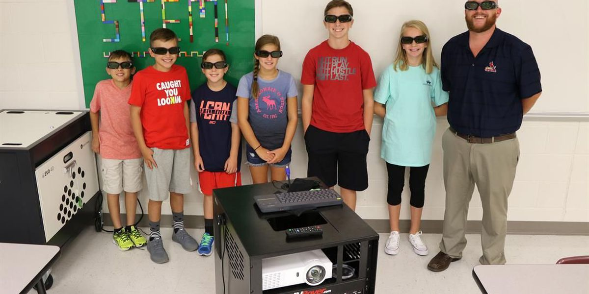 School receives 3D projector, brings lessons to life