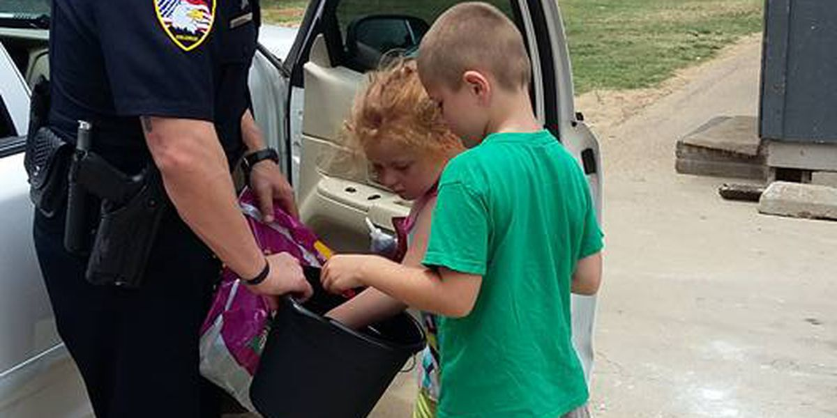 Paragould police officer gives snacks to kids
