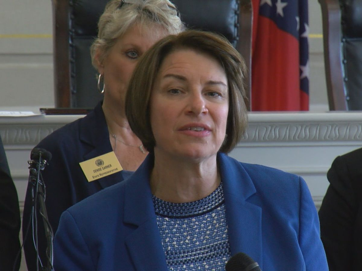 Sen. Klobuchar visits Little Rock, discusses gun issue