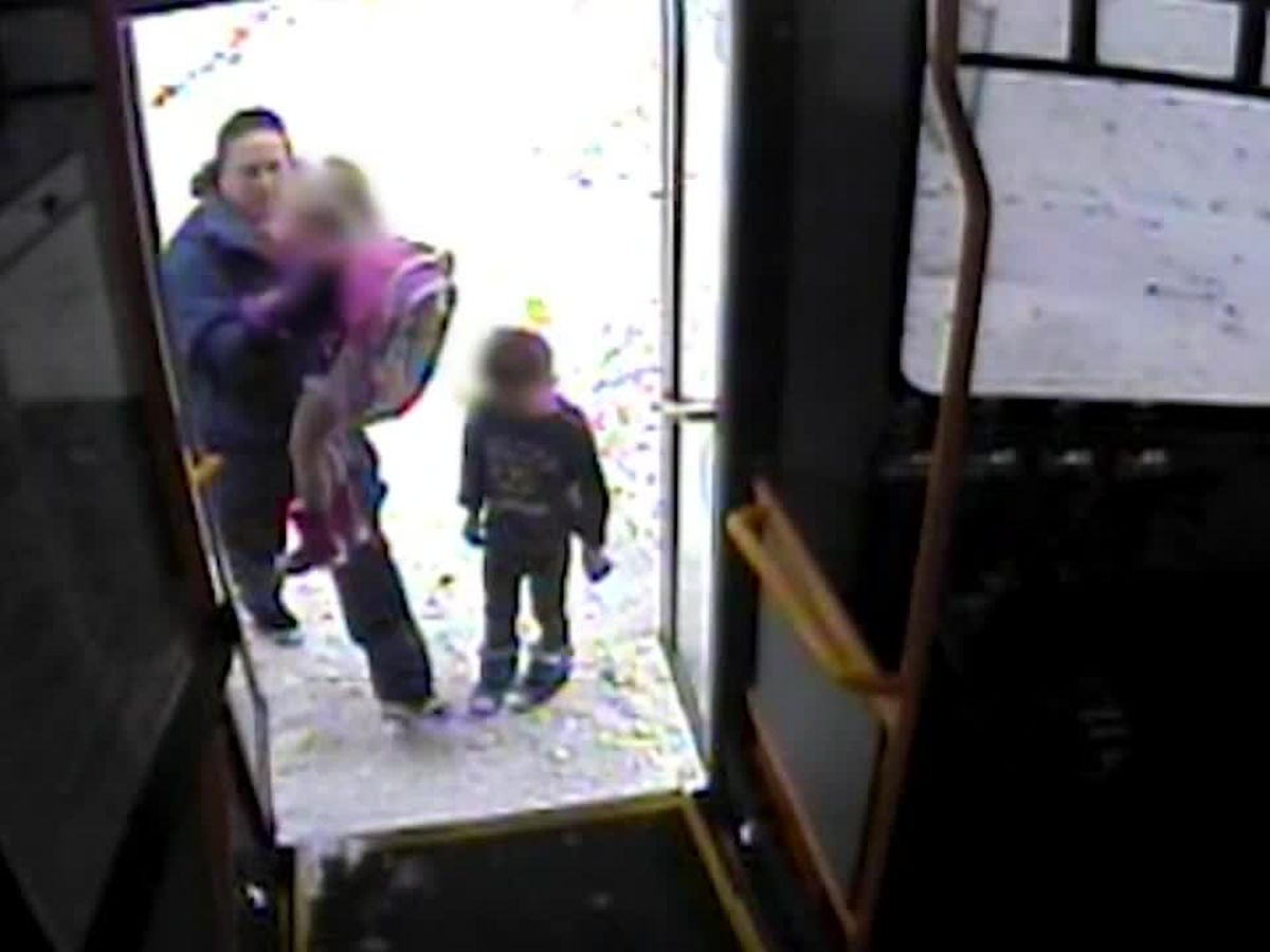 Bus driver helps young kids wandering in 18-degree weather without coats