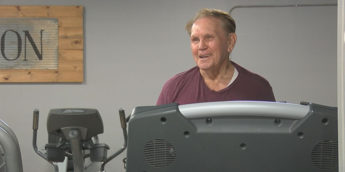 95-year-old from Dexter, Mo. sings country tunes as he works out