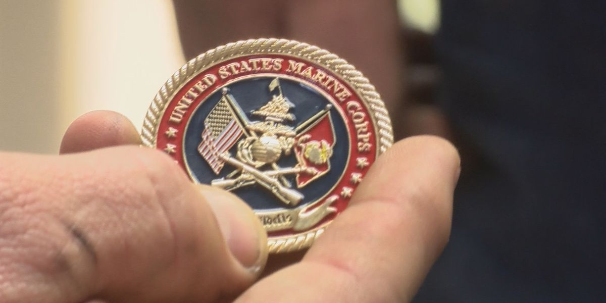 Marine gives military coins to mechanics who fixed his truck for free