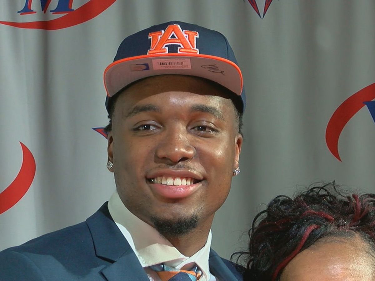 West Memphis forward Chris Moore signs with Auburn