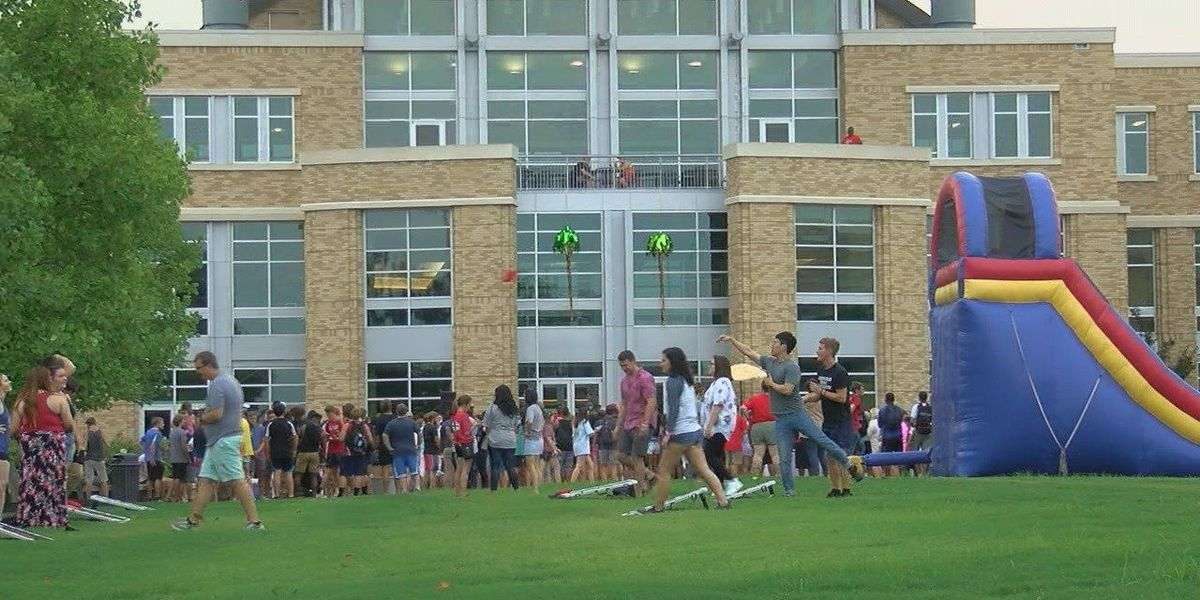 A-State students get tropical at Welcome Back bash