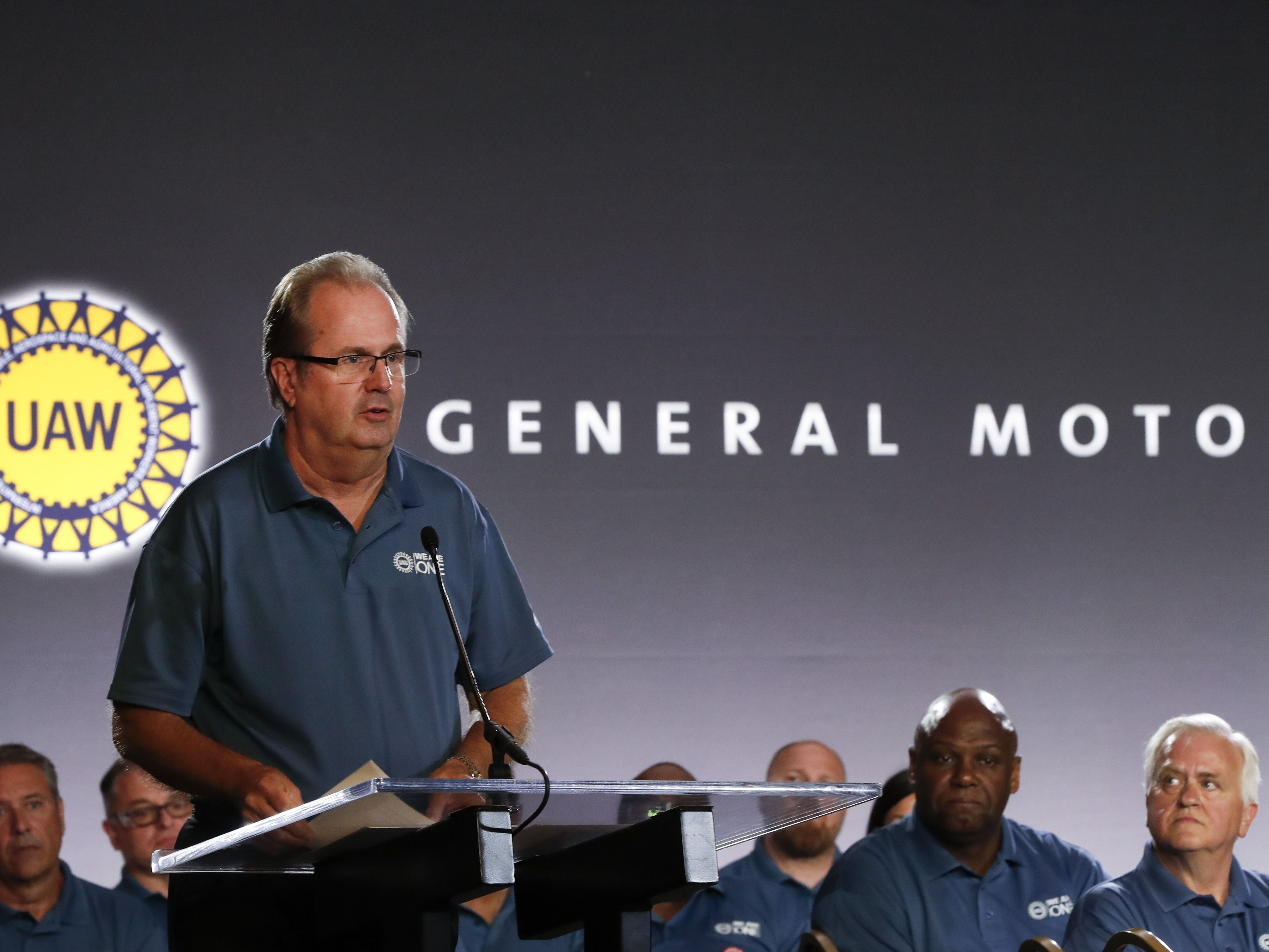 Auto workers union sets stage for possible strike against GM
