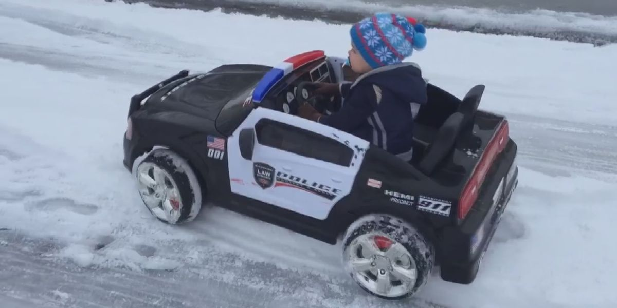 2 year old helps Searcy PD patrol during snow day